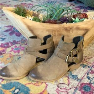 Steve Madden tan distressed booties